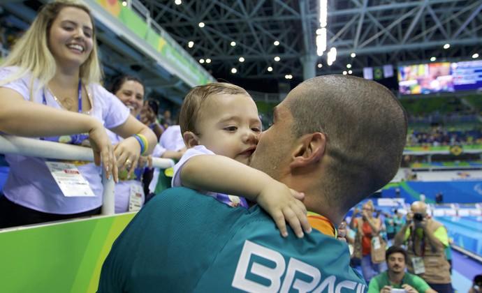 Daniel Dias com o filho (Foto: Alexandre Urch/MPIX/CPB)