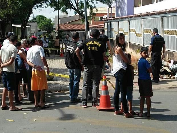 Policiais e moradores observam trabalho da perícia em local onde recém-nascido foi encontrado morto no Riacho Fundo I, no DF (Foto: Polícia Civil/Divulgação)