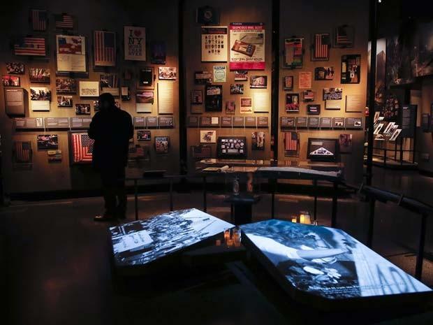 Exibição histórica dentro do museu do 11 de setembro é vista durante inauguração para a imprensa nesta quarta (14)  (Foto: REUTERS/Shannon Stapleton)