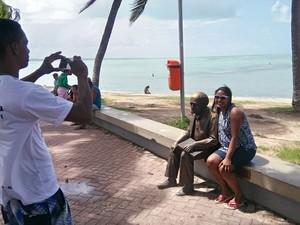 Turistas aproveitam para tirar foto com a estátua do dicionarista. (Foto: Derek Gustavo/G1)