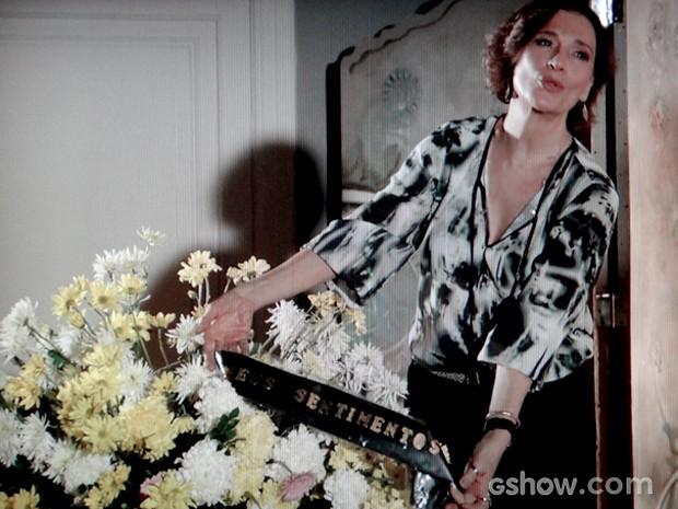 Chica recebe coroa de flores com dizeres de 'meus sentimentos' (Foto: Em Família / TV Globo)