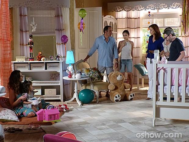 A famíia encontra Juliana brincando com a menina no apartamento dela (Foto: Em Família/TV Globo)
