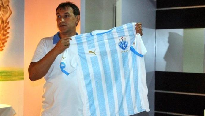 Vandick Lima apresenta camisa especial com nomes de torcedores do Paysandu (Foto: Fernando Torres/Ascom Paysandu)