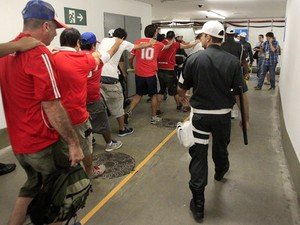 Chilenos detidos após invasão ao Maracanã (Foto: Daniel Garcia/AFP)