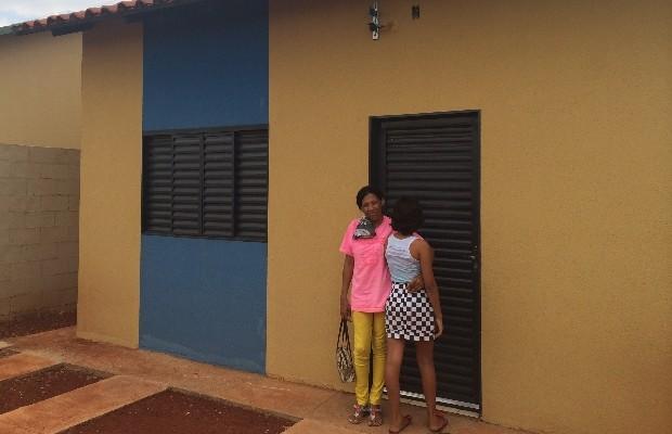 Edna e a filha que teve bernes na cabeça receberam a nova casa em Goiânia, Goiás (Foto: Vitor Santana/G1)