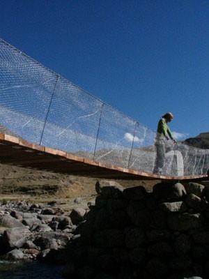 Avery sobre ponte concluída no Peru, em 2007 (Foto: Bridges to Prosperity)