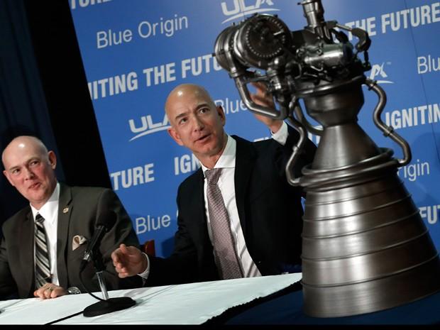 Jeff Bezos (direita), fundador da Blue Origin, gesticula para modelo do motor de foguete BE-4, em coletiva de imprensa; ao lado, Tory Bruno, CEO da United Launch Alliance (Foto: Win McNamee/Getty Images/AFP)