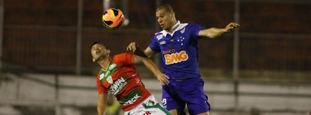 Canete e Nilton Portuguesa x Cruzeiro (Foto: Marcos Bezerra / Ag. Estado)