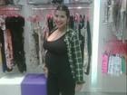 Grávida, Priscila Pires mostra roupas que comprou para o filho