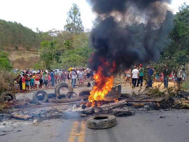 Moradores realizaram uma manifestação na LMG 759 (Foto: Marly Almeida / Vc no G1)