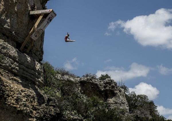 Rachelle saltando de um penhasco: Ela diz que sente medo todas as vezes em que mergulha (Foto: Getty Images)