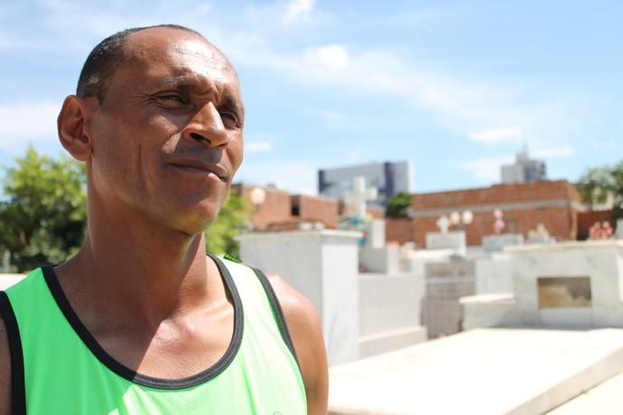 No cemitério de Petrolina, Antônio celebra a marca atingida em 2014. (Foto: Emerson Rocha)