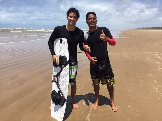 O repórter Brucce Cabral se aventura no kitesurf (Foto: Fernanda Pinheiro)