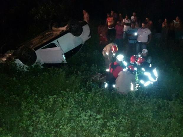 Motorista perdeu o controle e capotou carro na PI-116 (Foto: Divulgação/Corpo de Bombeiros)