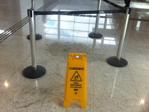 Goteiras em novo terminal do Aeroporto de Cumbica, em Guarulhos (Foto: Tatiana Santiago/G1)