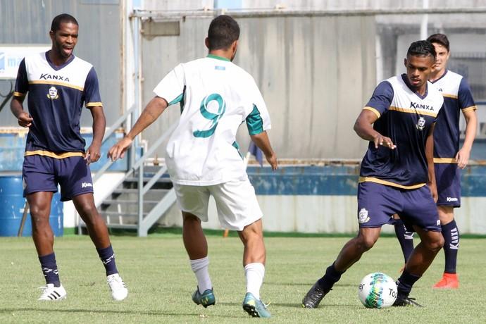 Fabrício Baiano e Luis Mário, jogo-treino macaé x serra macaense (Foto: Tiago Ferreira / Macaé Esporte)