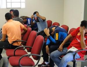 Cambistas presos por falsificação de ingresso (Foto: Maurício Paulucci / Globoesporte.com)