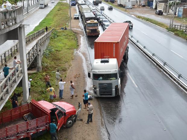 A Polícia Rodoviária Federal (PRF) na Paraíba registrou por volta das 9h desta sexta-feira (8) um acidente envolvendo dois caminhões no km 29 da BR-230, no Sentido João Pessoa/Campina Grande. De acordo com a PRF, nenhum dos envolvidos no acidente ficou ferido. O trânsito ficou lento no trecho próximo a saída de João Pessoa, mas foi liberado poucos minutos depois (Foto: Walter Paparazzo/G1)