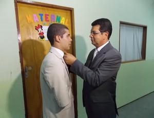Daniel Dias tem a gravata arrumada pelo pai, Paulo Dias (Foto: Filipe Rodrigues/ Globoesporte.com)