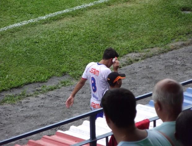 Lucas Siqueira sagrando com corte na testa (Foto: Márvio Filho)