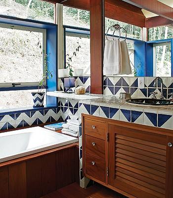 As paredes do banheiro são de gesso acartonado revestido com azulejos mexicanos de cerâmica talavera.O piso é de perobamica. Para obter maior claridade, todos os vãos entre as colunas são fechados por vidros (Foto: Marcos Antonio/Editora Globo)