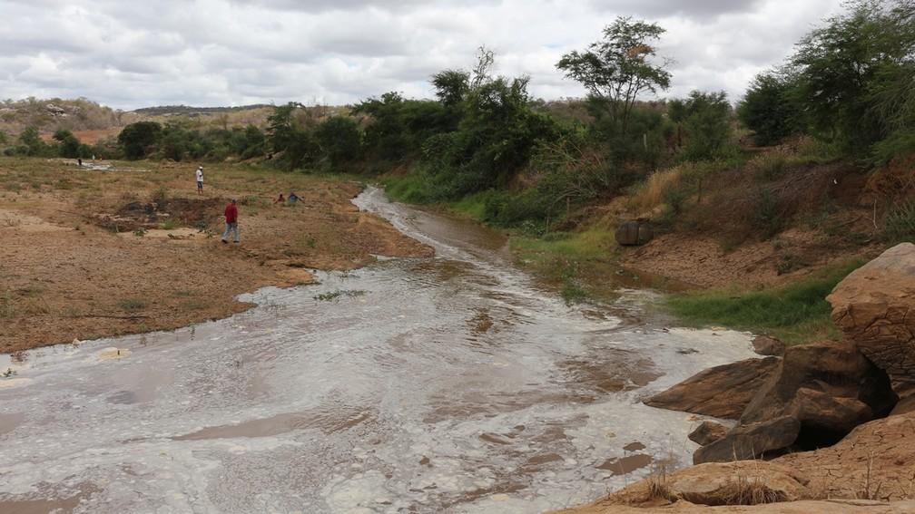 Rio Paraíba recebendo águas da tranposição na cidade de Cabaceiras, na Paraíba (Foto: Artur Lira / G1 PB)