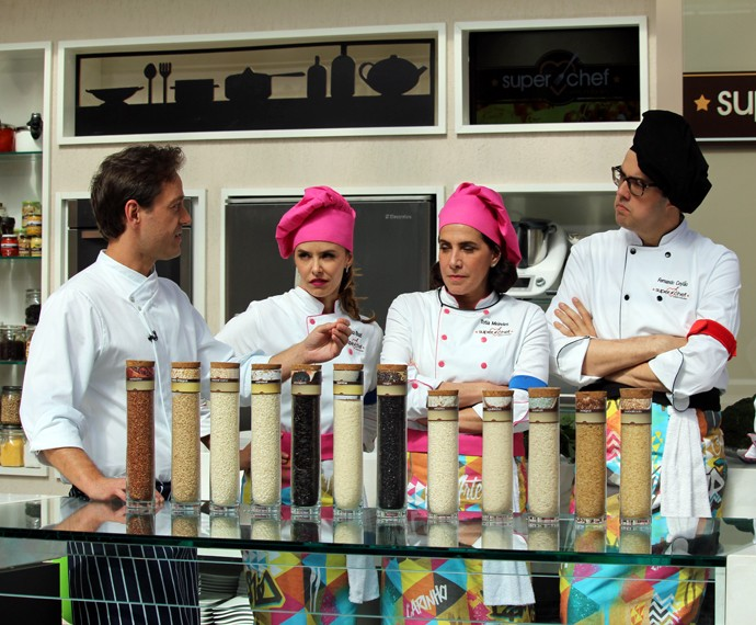 Lisandro Lauretti mostra diferentes tipos de arroz aos participantes (Foto: Carolina Morgado/Gshow)