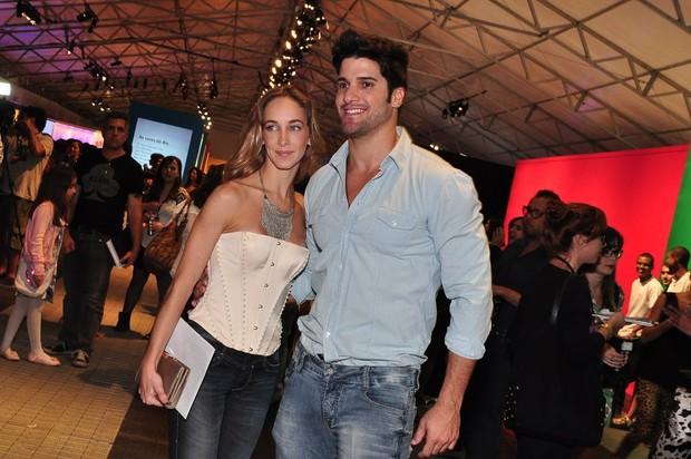 O ex-BBB Marcello e a namorada no Fashion Rio (Foto: Roberto Teixeira / EGO)