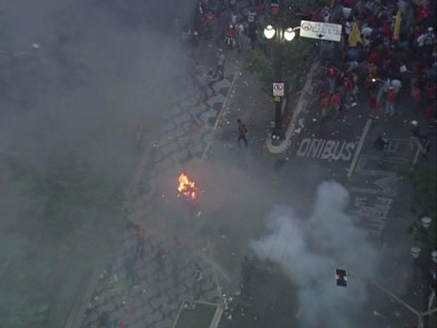 Confronto em frente à Câmara de São Paulo nesta terça-feira (29) (Foto: Reprodução TV Globo)