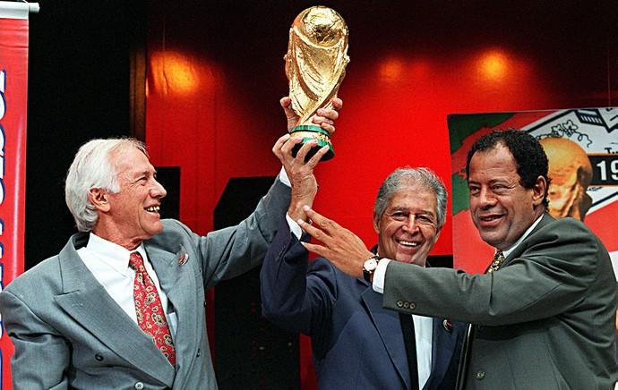 Bellini com Mauro Ramos e Carlos Alberto Torres taça da Copa do Mundo (Foto: AFP)