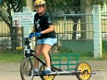Bicicleta adaptada é usada por adolescente que não pode andar (Foto: Reprodução/RBS TV)