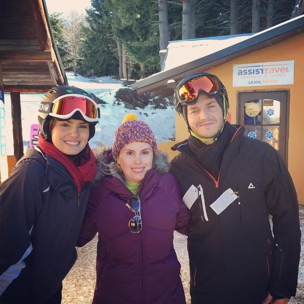 Camila Queiroz, Klebber Toledo e fã (Foto: Reprodução / Instagram)