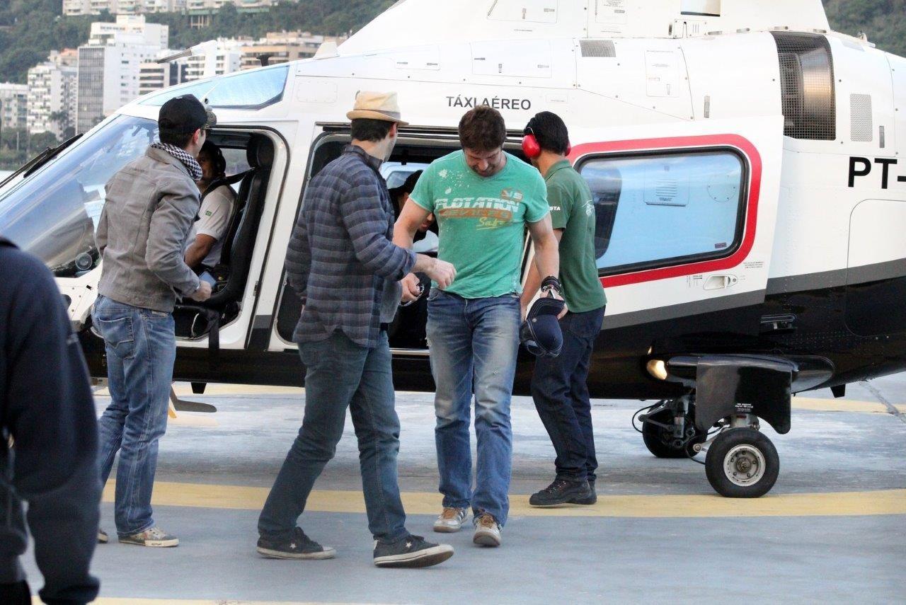 Gerard Butler chegou de helicoptero (Foto: JC pereira/Agnews)