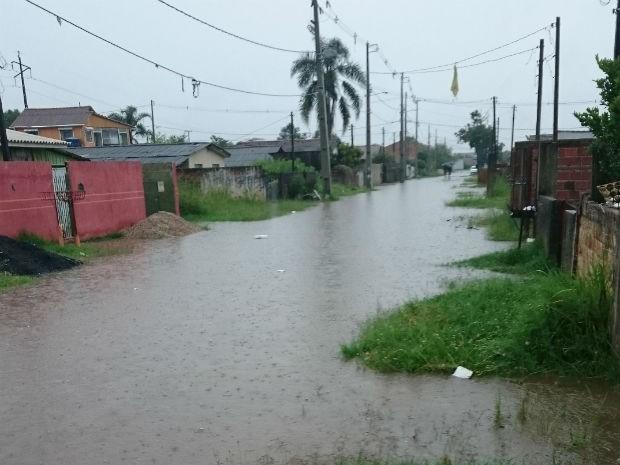 Chuva alagou ruas em São José dos Pinhais  (Foto: Adilson Ribas / Arquivo pessoal )