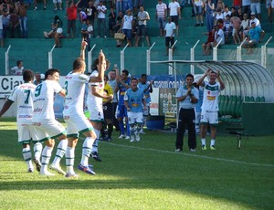 Time do Arapongas comemora vit&#243;ria sobre o Coritiba (Foto: Fabio Greco/Site oficial do Arapongas)
