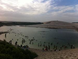 Turistas curtem as lagoas no Parque dos Lençóis Maranhenses (Foto: Clarissa Carramilo/G1)