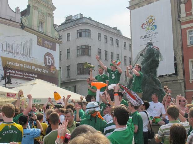 Torcida da Irlanda faz a festa na praça do mercado central de Poznan (Foto: Marcos Felipe / GLOBOESPORTE.COM)