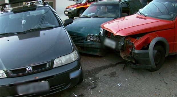 Veículos se envolvem em acidente em Varginha (Foto: Reprodução EPTV / Carlos Cazelato)