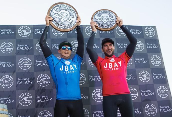 Mick Fanning e Joel Parkinson após a final da etapa de Jeffreys Bay J-Bay em 2014 Circuito Mundial de surfe 2014 (Foto: WSL / Kirstin Scholtz)