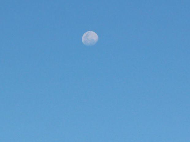 Lua no céu de Campo Grande durante a tarde desta terça-feira (28) (Foto: Maria Caroline Palieraqui/G1 MS)