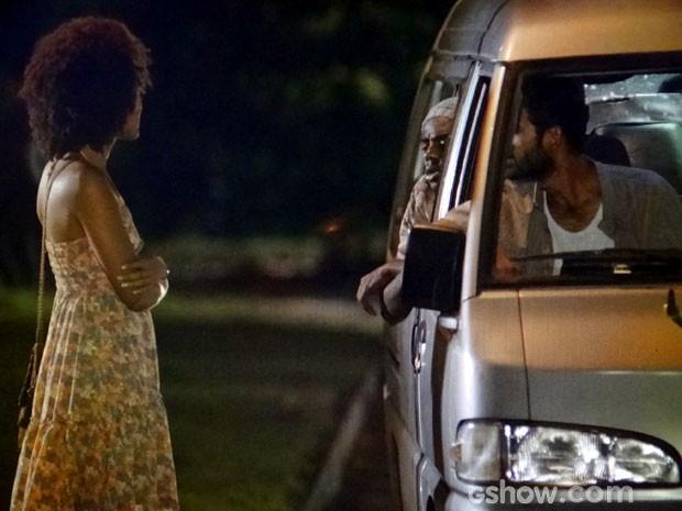 Os homens convencem a moça a entrar na van (Foto: Em Família/ TV Globo)