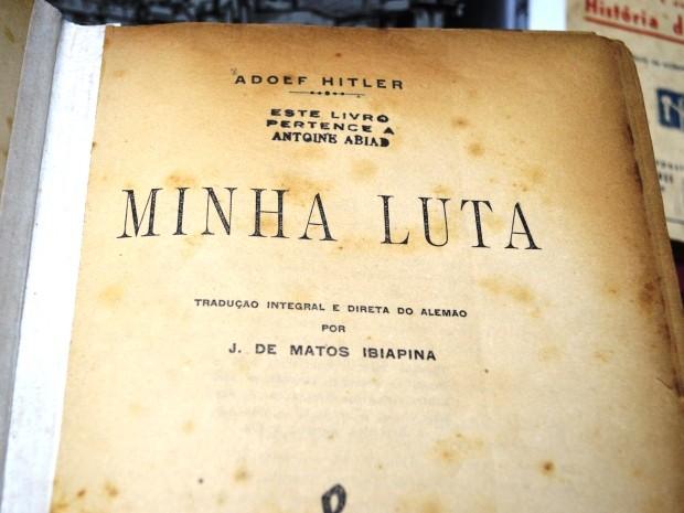 Livro de Hitler faz parte da coleção do aposentado (Foto: Guilherme Lucio/G1)