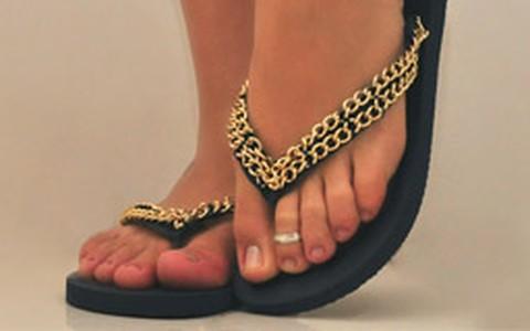 Customize os seus chinelos com correntes douradas