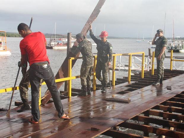 Equipe do exército removeu o que sobrou da estrutura dos bares do Jacaré, na Grande João Pessoa (Foto: Divulgação/MPF-PB)