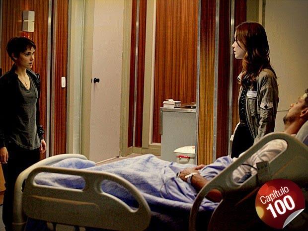 Nina visita Jorginho no hospital e encontra Débora (Foto: Avenida Brasil/ TV Globo)