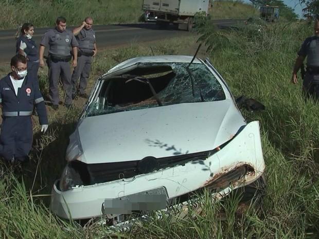 Carro ficou para-brisa destruído com o acidente (Foto: Reprodução / TV TEM)