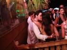 Mariana Rios troca beijos com o namorado em festa na Bahia
