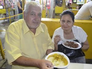 José Marra e a esposa aprovaram a culinária da Guiana Francesa (Foto: Gabriel Dias/G1)