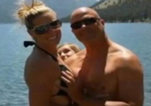 Laraine Cook foi demitida porque publicou foto no Facebook que mostra seu namorado com a mão em seu seio (Foto: Reprodução/Facebook)