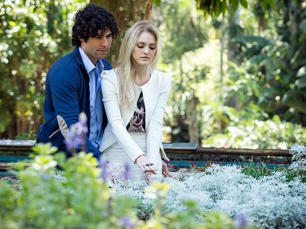 Megan sente as plantas do jardim sensorial com ajuda de Arthur (Foto: Raphael Dias/ TV Globo)